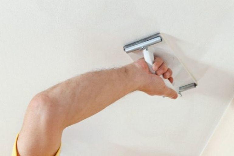 Как убрать пятна на потолке после затопления