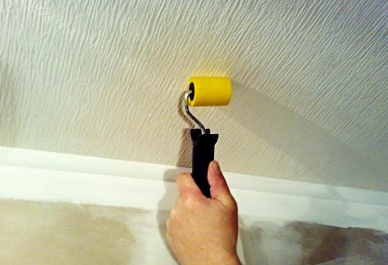 Как убрать разводы на потолке после затопления