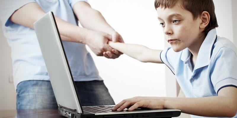 подросток за компьютером