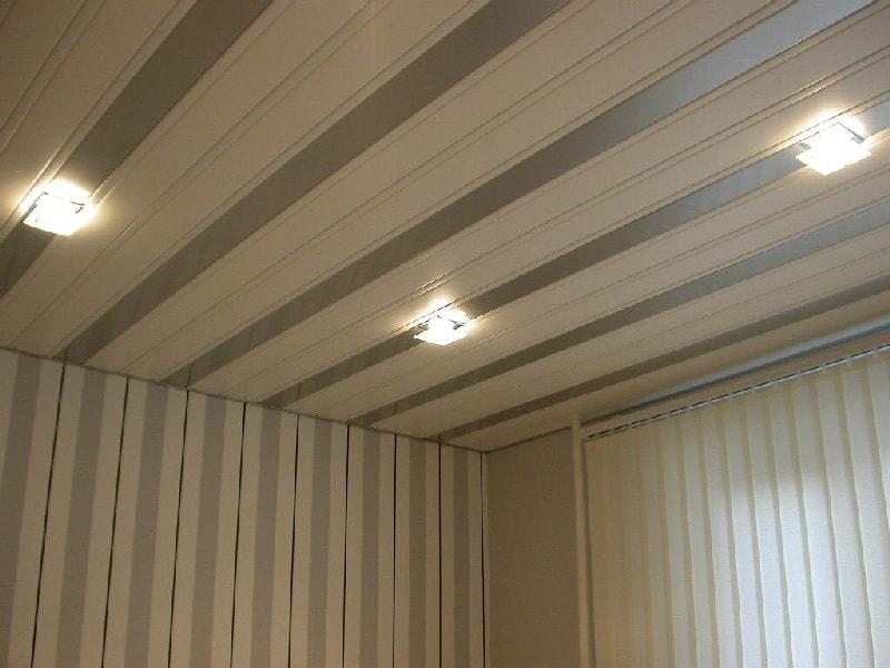 красивый потолок в спальне