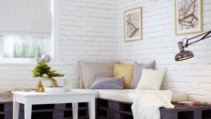 белая кирпичная стена в интерьере