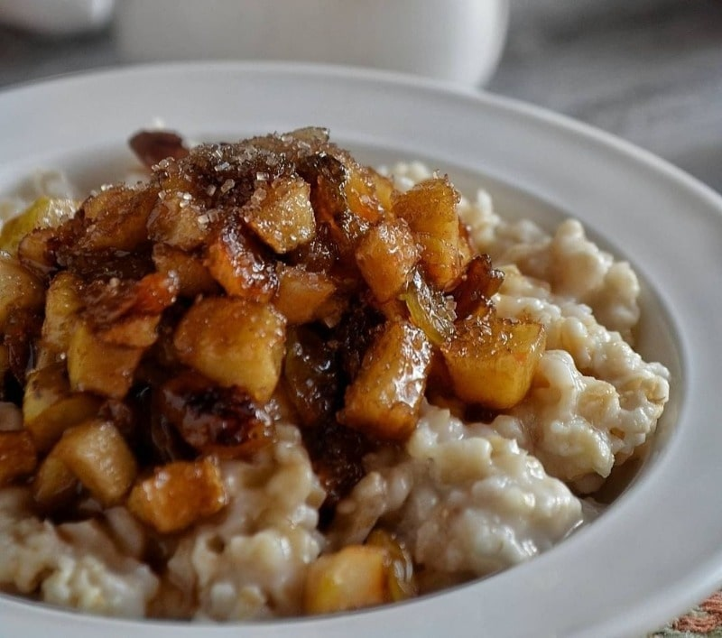Овсянка с медом и яблоками на завтрак