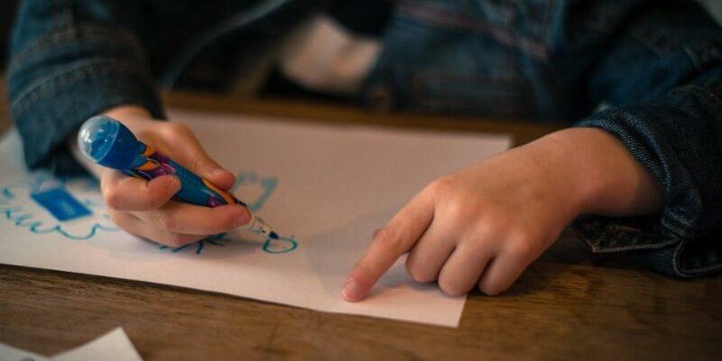Не пора ли к психологу: три цвета в детском рисунке, которые сигнализируют о стрессе и усталости